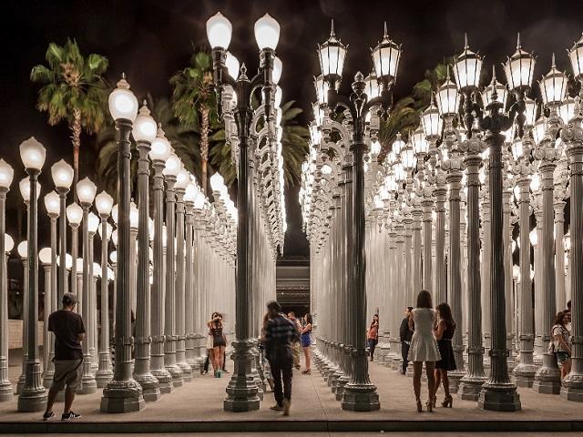 Những cột đèn của bảo tàng nghệ thuật Lacma nơi chưa bao giờ vắng bóng du khách