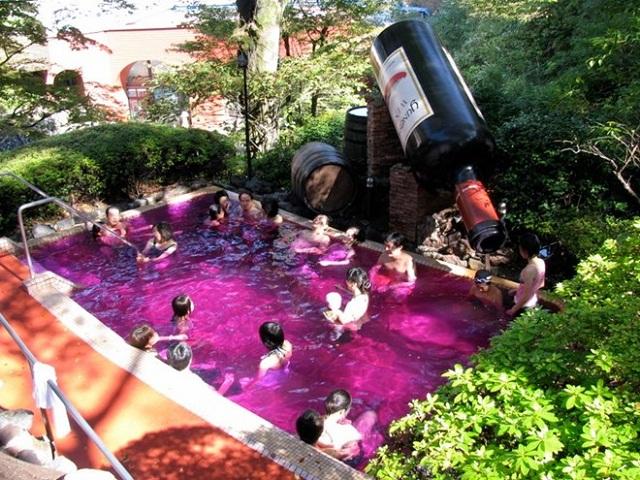 Bể tắm nước nóng rượu vang đỏ ở khu nghỉ dưỡng Yunessun