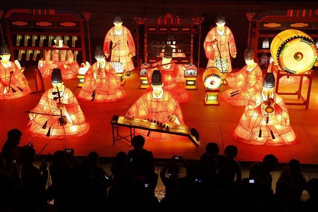 Lễ hội đèn lồng hoa sen rộn ràng mỗi mùa Phật Đản