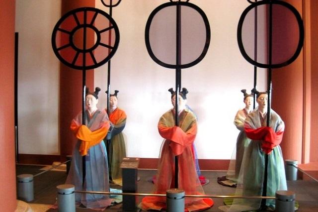 Mô hình người mặc các trang phục khác nhau được trưng bày trong bảo tàng