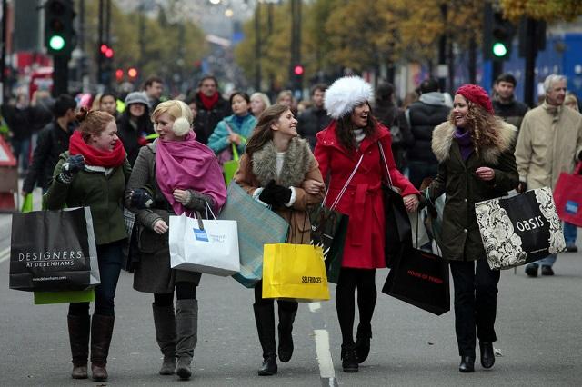 Mỗi năm West End thu hút rất đông tín đồ nghiện thời trang tìm đến mua sắm