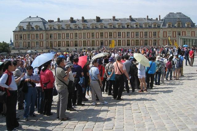 Để có thể vào tham quan cung điện Versailles bạn sẽ phải mất khá nhiều thời gian và công sức cho việc xếp hàng