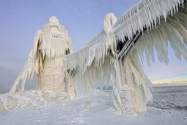 Vẻ đẹp Ấn tượng của một ngọn hải đăng trên hồ Michigan vào mùa đông