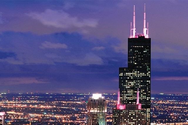Tháp Willis nổi bật giữa thành phố Chicago về đêm