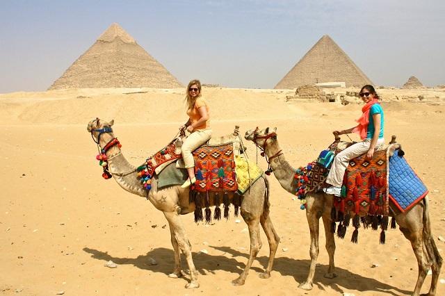 Hãy thận trọng nếu quyết định cưỡi lạc đà ở các kim tự tháp Ai Cập
