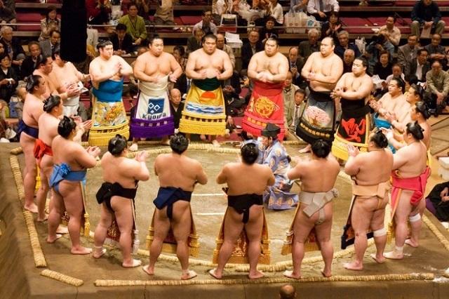 Hãy thưởng thức một màn đấu của các võ sĩ Sumo đích thực