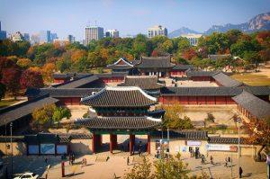 Cung điện Changgyeonggung là địa điểm chụp hình cưới theo phong cách cổ điển cho các cặp đôi