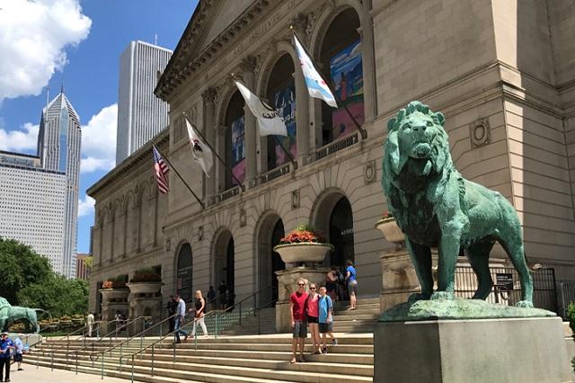 Bạn sẽ được nhìn thấy hai chú sư tư đá nổi bật trước viện Nghệ thuật Chicago