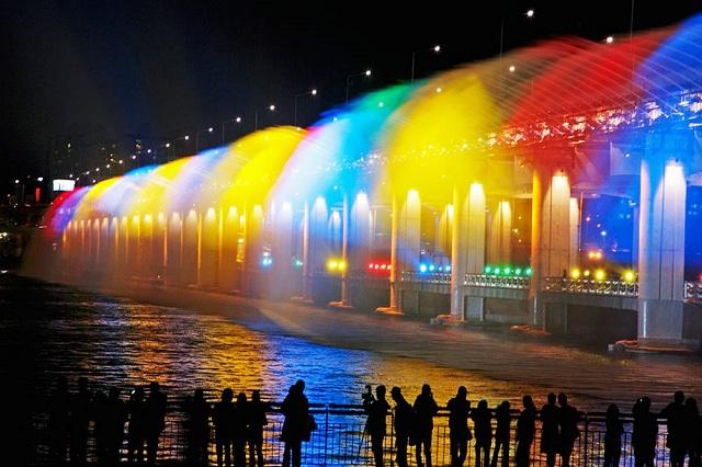Cầu Banpo là một trong những địa điểm lãng mạn nhất của thủ đô Seoul