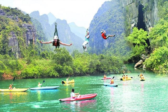 Đu dây và chèo thuyền kayak trên Sông Chày là một trong những trải nghiệm lý thú nhất