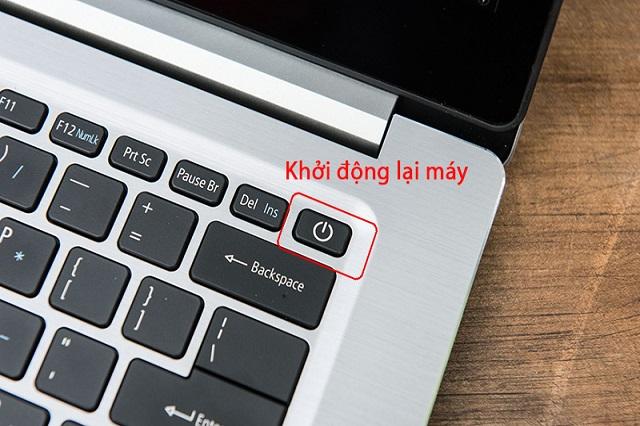 Bạn hãy nhấn giữ phím nguồn trong vòng 10 giây để tắt máy, sau đó khởi động lại